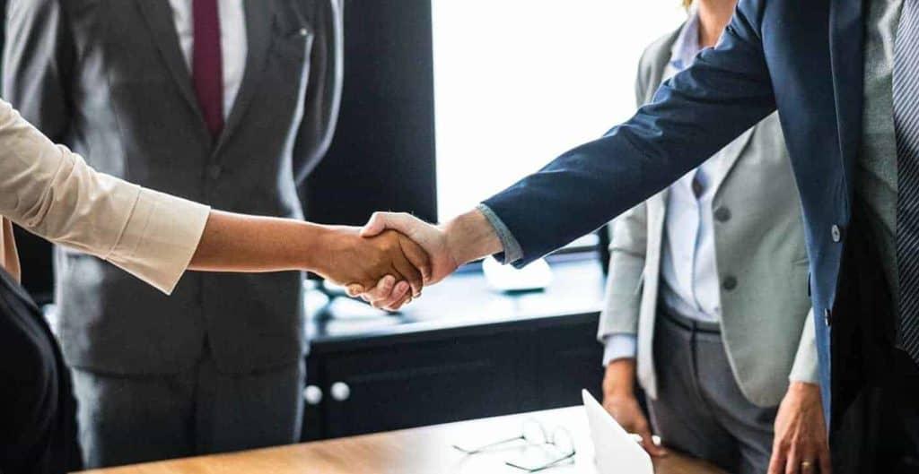 Gewerbeimmobilie vermieten - Handshake