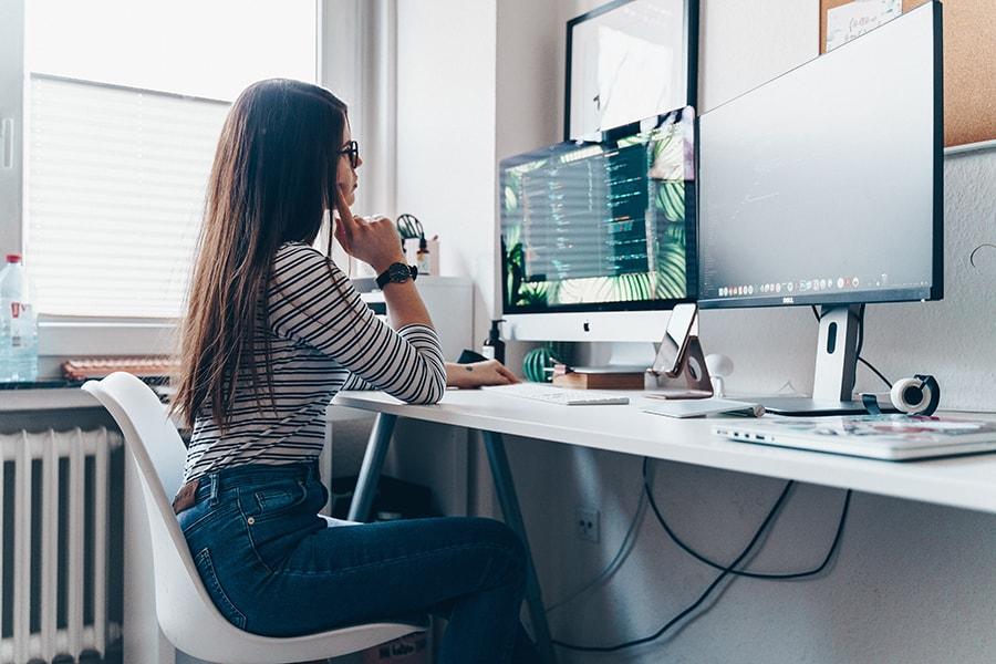 Foto: Mitarbeiterin am Arbeitsplatz