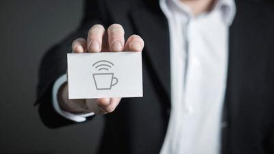 Mann hält Visiten-Karte mit shareDnC-Logo
