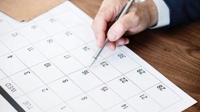 Hand markiert einen Kalender