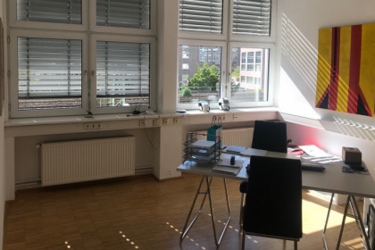 Helles Büro mit Loftcharakter in Messenähe